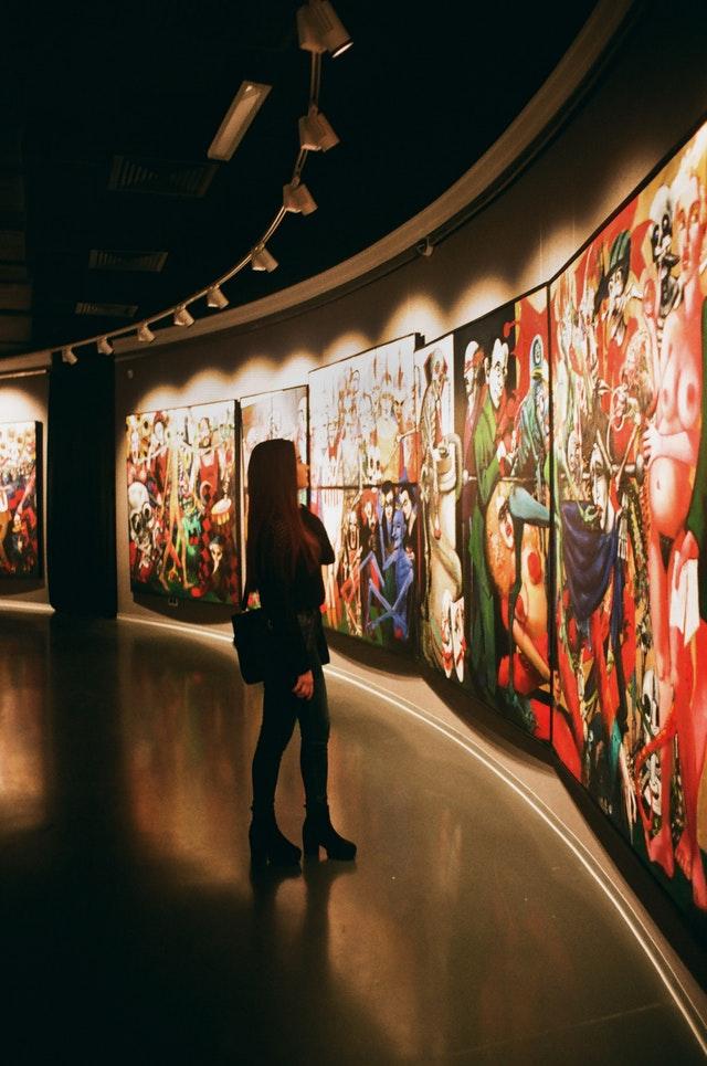 Dame på kunstudstilling
