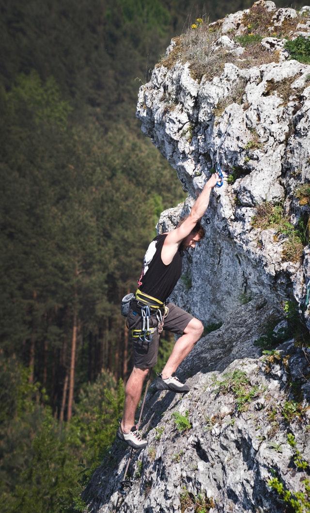 Klatrer på stejl klippe