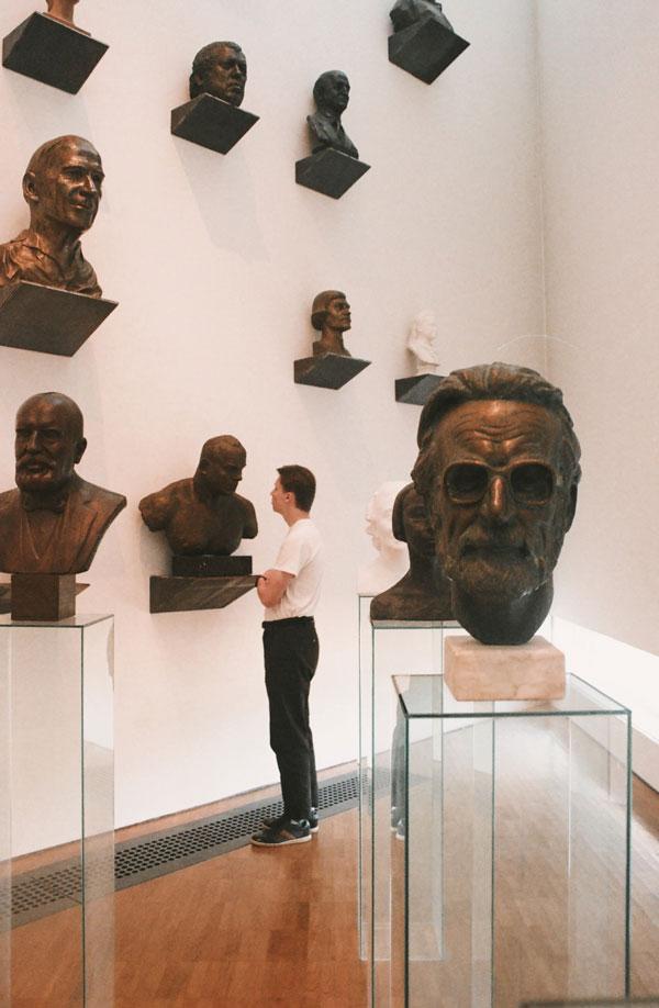 Mand på museumsbesøg