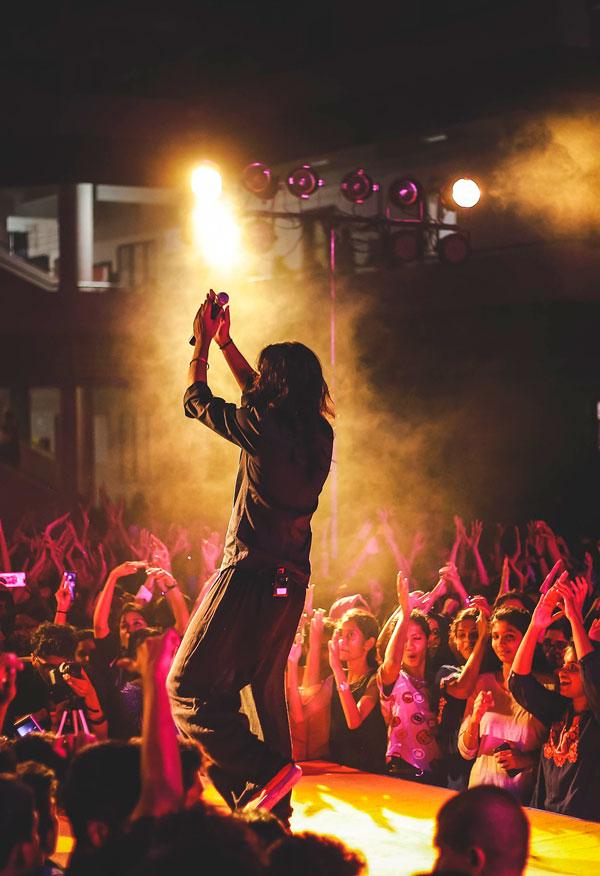 Sanger klapper ud til publikum