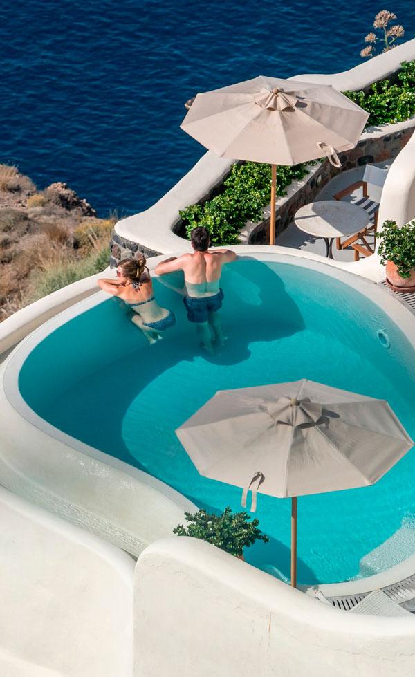 Par i swimmingpool på ferie
