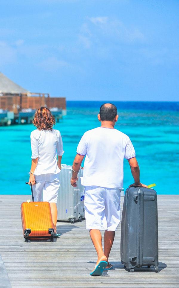 To rejsende med kufferter