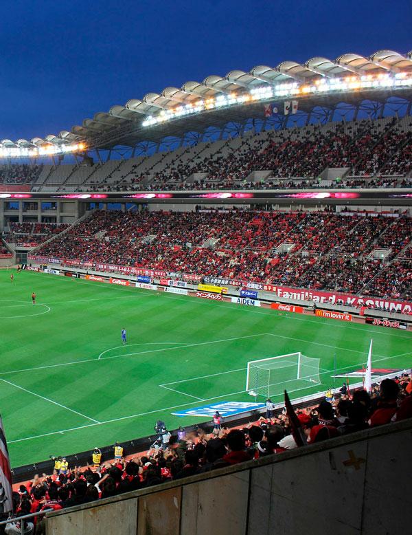Fodboldkamp på stort stadion