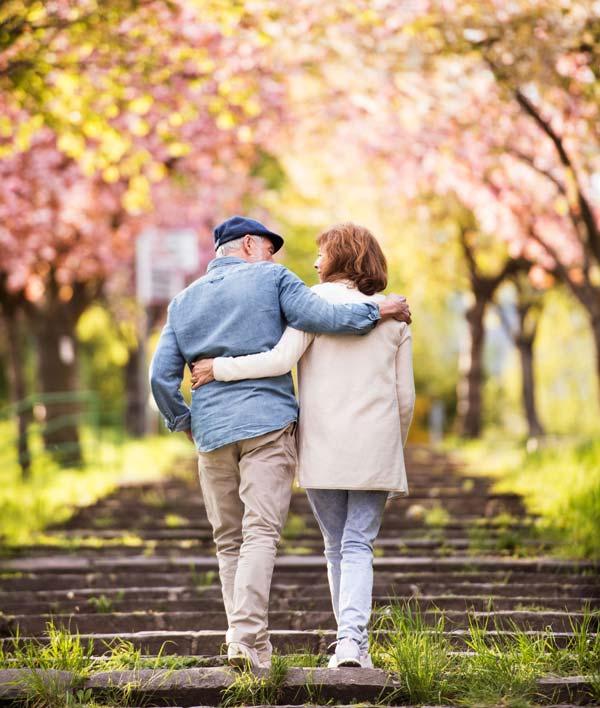 Senior par på date i park