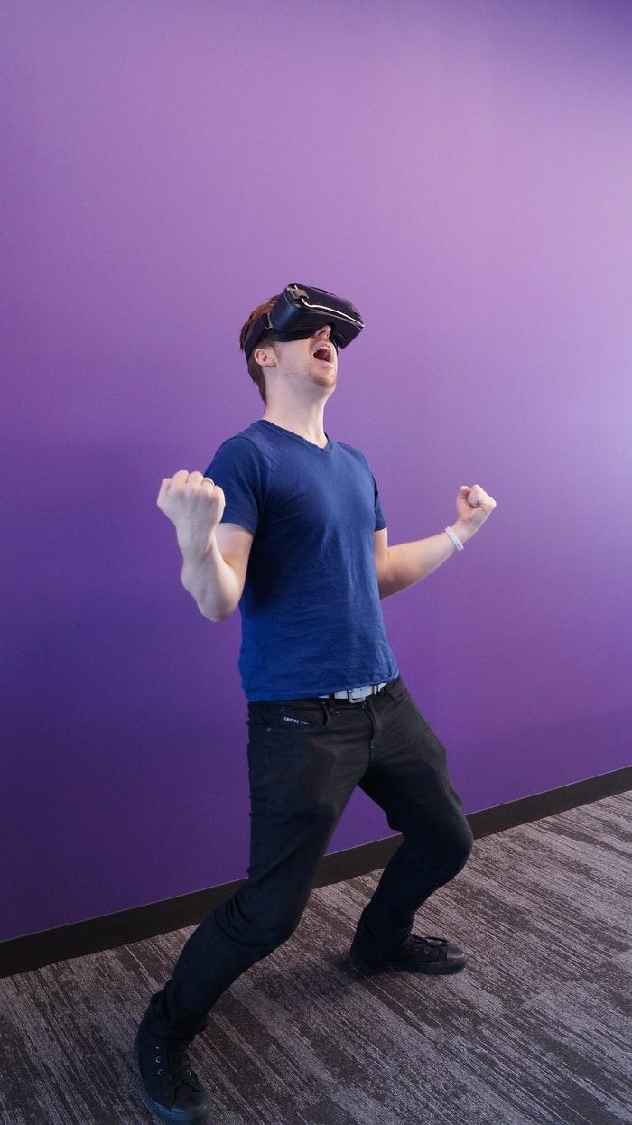 Mand med VR briller