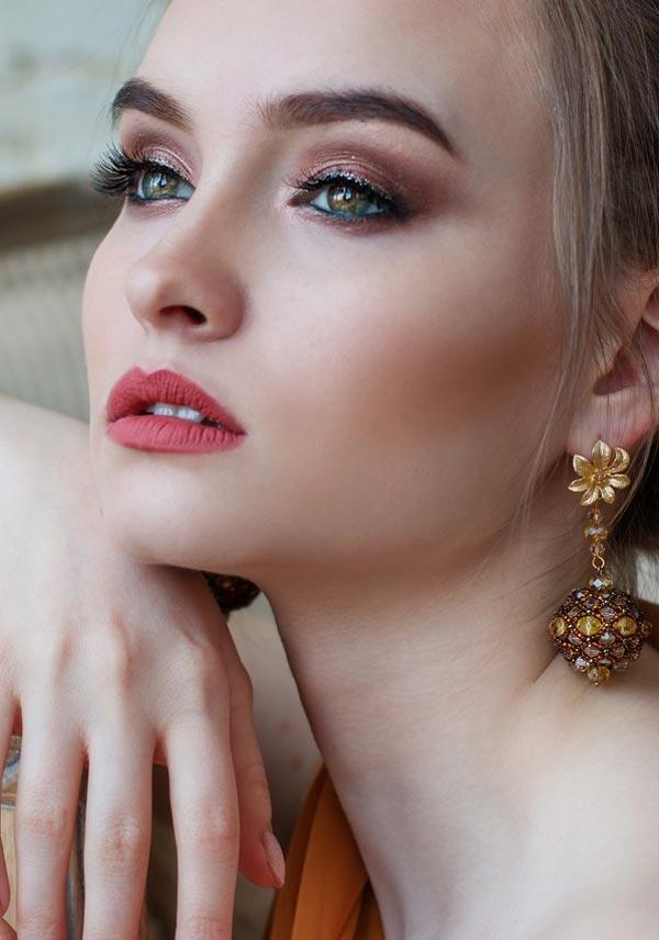 Dame med smykker