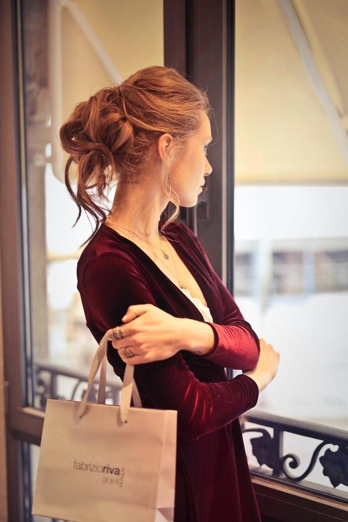 Kvinde med shopping pose